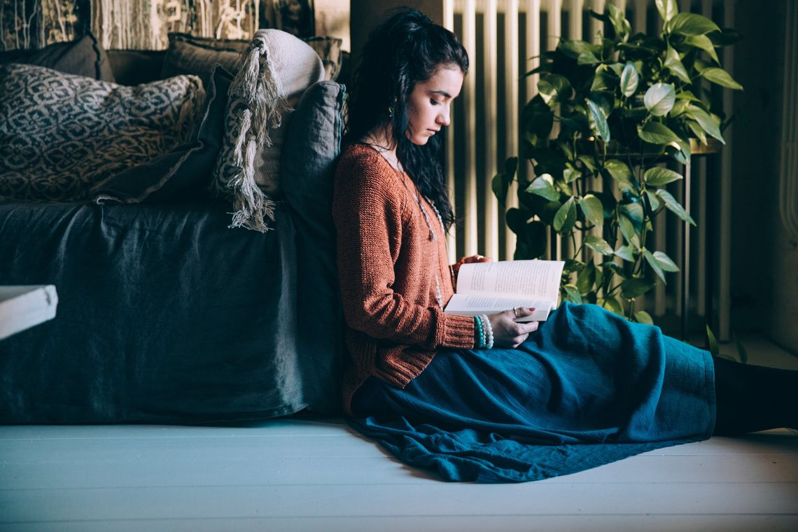 woman sits on the floor reading - Crediti: Foto: Shopify Partners