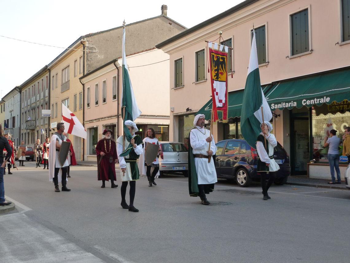 Disfida di Aldobrandino - parata con bandiere -  Gruppo Culturale Aldobrandino