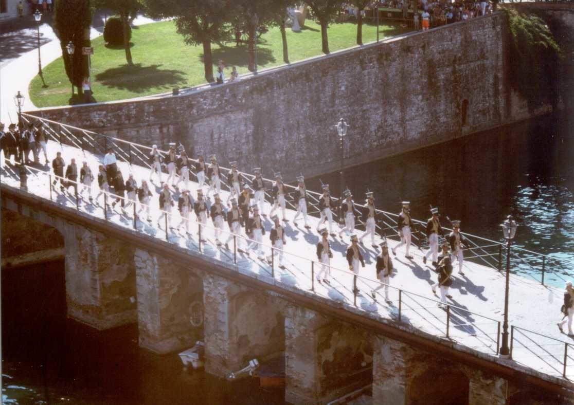 Rievocazioni storiche di Peschiera del Garda - soldati in marcia -  Comune di Peschiera del Garda